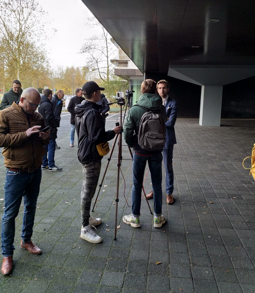 Joeri Pool van de PVV Overijssel staat de pers te woord